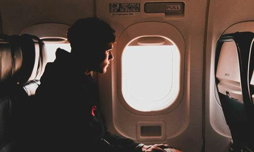 Tại sao đi máy bay chân lại sưng